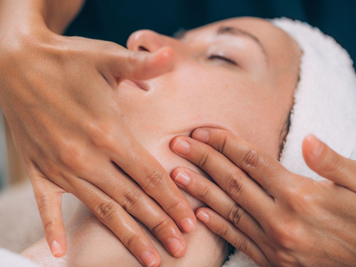powierzchniowy masaż twarzy